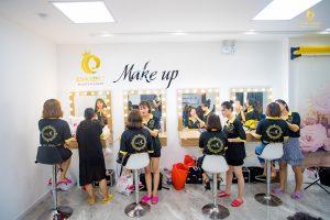Makeup được hiểu đơn giản là trang điểm, chỉ một hành động làm đẹp trên khuôn mặt